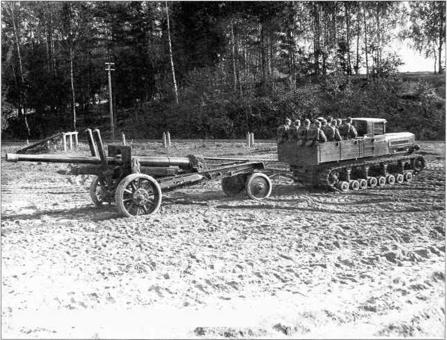 Трактор «Коминтерн» транспортирует 122-мм пушку (РГВА).