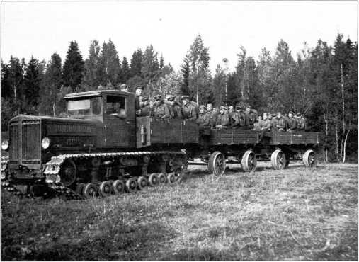 Трактор «Коминтерн»с поездом из двух повозок транспортирует расчет полубатареи(РГВА).