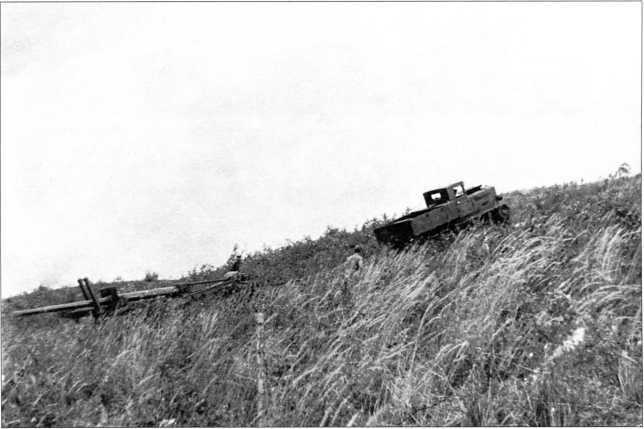 Трактор «Коминтерн»со 122-мм пушкой преодолевает подъем в 15° при помощи лебедки(РГВА).