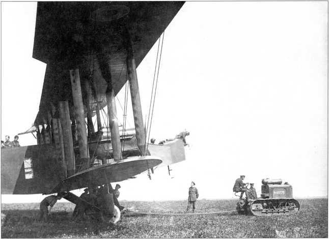 Буксировка самолета 0/400 трактором «Clayton 35 HP» (архив автора).