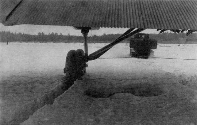 Буксировка воздушного корабляТБ-3 трактором«Коминтерн» (РГВА).