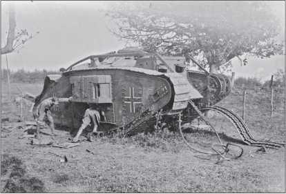 Британцы осматривают подбитый в бою танк Mk IV, воевавший в германском танковом «штурмовом отделении».