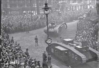 Танки Mk V и Mk А «Уиппет» торжественно проходят по улицам в День Перемирия.