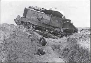 Танк СА-1 «Шнейдер», застрявший в окопе и разбитый артиллерией.