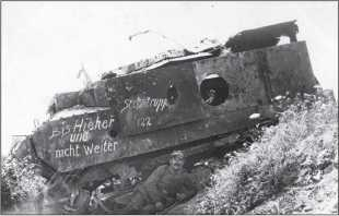 Тот же танк «Шнейдер» с другого борта. Германские солдаты не отказали себе в удовольствии засвидетельствовать свою «победу» над танком.