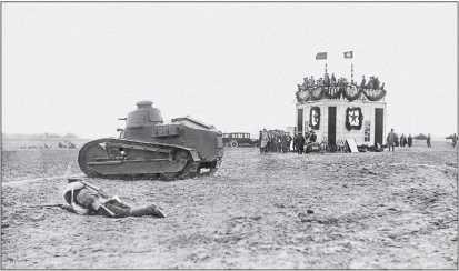 Пулеметный танк «Рено» FT («малый танк Рено») участвует в показных учениях Московского военного округа в 1928г.— по случаю приезда афганского эмира Амманулы-хана. Танк действует без «хвоста».