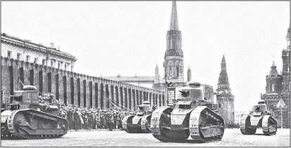 Пушечные легкие танки на параде на Красной площади, 7 ноября 1930г. Вместе с танками «Рено» FT французского производства идет итальянский «Фиат»-3000 с 37-мм пушкой «Гочкис» (на первом плане слева) с именем «Феликс Дзержинский» на башне.