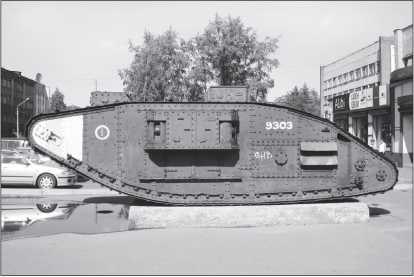 Танк «Рикардо» (Mk V в варианте «самка»), установленный в качестве памятника в Архангельске.