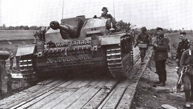 На фото: StuG III Ausf. F Верхняя лобовая броня рубки покрыта бетоном.