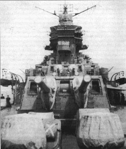 «Могами» к моменту, когда в 1943г. был сделан данный снимок уже прошел модернизацию в носитель гидроавиации. В кадре — носовые 203-мм башни главного калибра. На крыше надстройки смонтирована антенна РЛС обзора воздушного пространства.