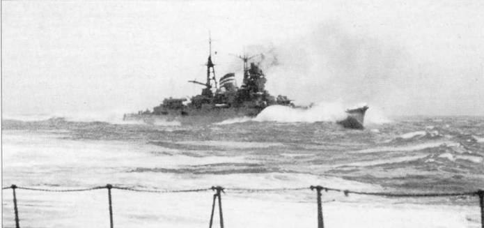 «Микума» в 1939г. Крейсер идет полным ходом, не менее 30 узлов, разрезает Девятый вал! Бурун и волна захлестывают верхнюю палубу совершенного во всех отношениях японского крейсера. Японские крейсера очень низко сидели в воде, а условия обитания экипажей на этих кораблях не отличались комфортом, зато в бою крейсера представляли собой труднопоражаемые цели, не в последнюю очередь из-за малой высоты надводной чисти борта.