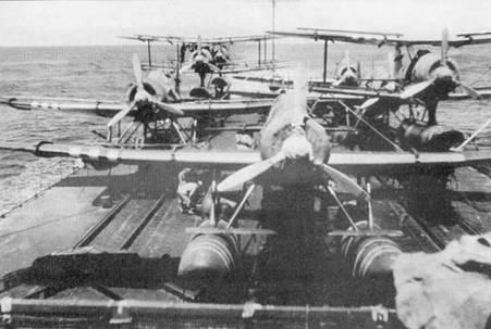 Четыре новейших гидросамолета Аичи K16A1 и три Мицубиси F1M2 тип 0 на рельсах авиационной палубы крейсера «Могами», август 1944г. После того, как в сражении при Мидуэе «Могами» получил тяжелейшие повреждения, его не стали ремонтировать, а перестроили в тяжелый гидроавианосущий крейсер (ТГАК) путем демонтажа двух кормовых башен главного калибра и организации на их месте гидроавиационной палубы. В результате получился корабль того же класса, что и крейсера-разведчики типа «Тоне».