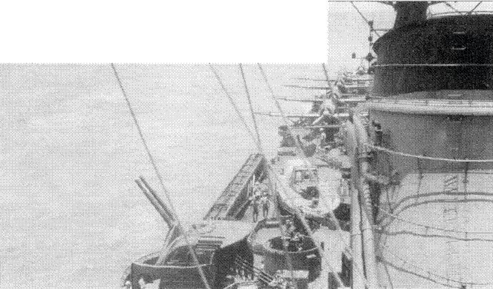 Еще один имиджевый снимок крейсера «Могами», датированный августом 1944г. Хорошо видны пять гидросамолетов Аичи E16A1. На переднем плане — спаренная 127-мм универсальная артустановка и строенная 25-мм автоматическая зенитная пушка; между ними оптический дальномер тип 95.