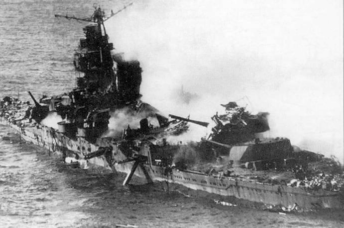 Нет ни одной книги про японскому флоту, которая обошлась бы без данного снимка. Столкновение тяжелых крейсеров «Микума» и «Могами» привело к тому, что оба корабля 7 июня 1942г. попали под удар американской палубной авиации. В крейсер «Микума» попало не менее четырех 225-кг авиабомб. Взрывы бомб спровоцировали пожар, пожар — взрывы торпед, которые разметали заднюю дымовую трубу и грот- мачту. Из борта крейсера торчит «выпавший» от взрыва торпедный аппарат. Моряки столпились на юте в ожидании, когда их спасут с крейсера. «Микума» затонул той же ночью, а «Могами», получивший пять прямых попаданий бомб, остался на плаву. Его удалось отбуксировать в порт. Ремонтировать «Могами» не стали, а перестроили в гидроавианосец.