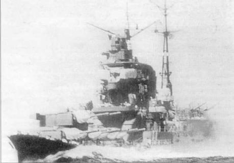 «Чикума» на практических стрельбах, 1941г. Все четыре башни главного калибра развернуты на левый борт. Мощный бурун говорит о том, что крейсер мчится со скоростью минимум 30 узлов.