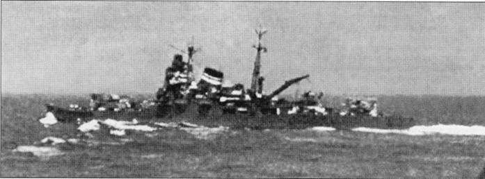 Крейсер «Тоне» в море, 1939г. Орудия главного калибра развернуты на правый борт. Надстройки корабля сильно смешена в корму Ни практике эти крейсера не оказались столь эффективными, как того от них ожидали, поэтому «Ибуки» был достроен по откорректированному проекту крейсера «Сузуя».