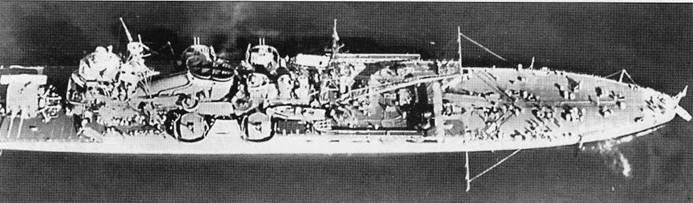 Аэрофотоснимок крейсера «Чикума», 1940г. Хорошо видна авиационная палуба и вся средняя часть крейсера, а также одна башня главного калибра По бортам установлена универсальная артиллерия.