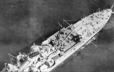 Снимок крейсера «Чикума» сделан в 1940г. с аэроплана. В кадр попали дымовая труба, катапульты и пр.