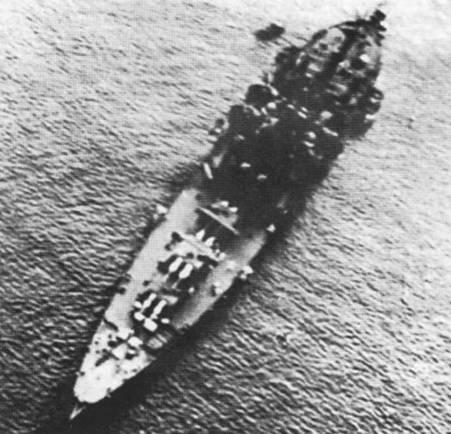 Снимок крейсера «Чикума» выполнен в 1939г. По сравнению с другими японскими тяжелыми крейсерами корабли тина «Тоне» имели более полные обводы.