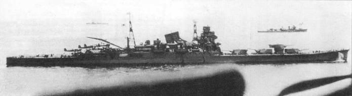 Крейсер «Тоне» на якорной стоянке, 27 мая 1942г. Снимок сделан с борта линкора «Хие». Впереди — сражение при атолле Мидуэй. В той битве крейсер «Тоне» был флагманом 8-й дивизии флота вице-адмирала Нагумо. На грот-мачте корабля поднят флаг командира дивизии. Видны три гидросамолета Аичи Е13А1 тип 0 и один Накаяма Е8N2 тип 95. Один из этих гидропланов в ходе сражения за Мидуэй обнаружил северо-восточнее японского флота американские авианосцы.