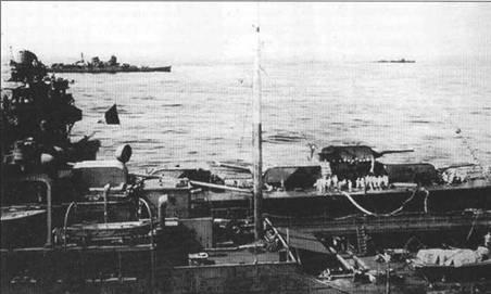 Крейсер «Тоне» принимает нефть с танкера «Кокую Мару», операция «А-Го», 17 июня 1944г. На заднем плане — тяжелый крейсер «Сузуя» и эсминец. Хорошо видны башни главного калибра и надстройка крейсера «Тоне». Моряки работают с топливной магистралью, заведенный на крейсер с танкера в районе башни главного калибра М 2.