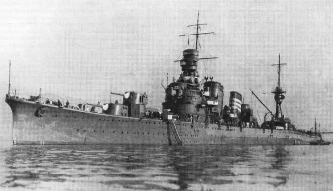 Крейсер «Како» с легкими полубашнями, снимок 1930г. В ходе ремонта 1936г. на крейсере смонтировали двухорудийные башни главного калибра и установили на корпусе Були для улучшения остойчивости. Белые полосы на дымовой трубе обозначают трети по счету корабль в 5-й дивизии крейсеров.