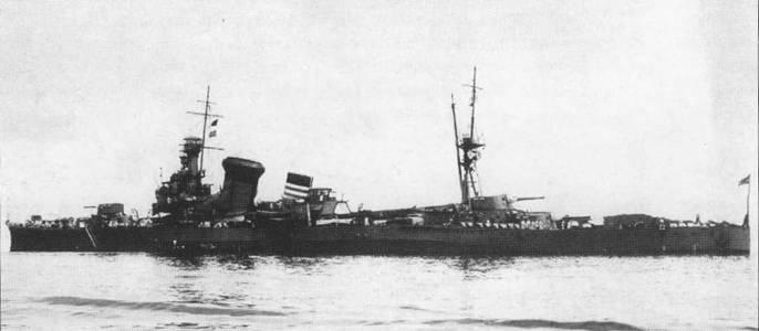 Снимок крейсера «Како» сделан 21 нюня 1928г., испытания надстроенной передней дымовой трубы. Новая труба была призвана исключишь попадание дыма на мостик. Данный вариант надстройки трубы получился неэффективным, позже ее доработали.