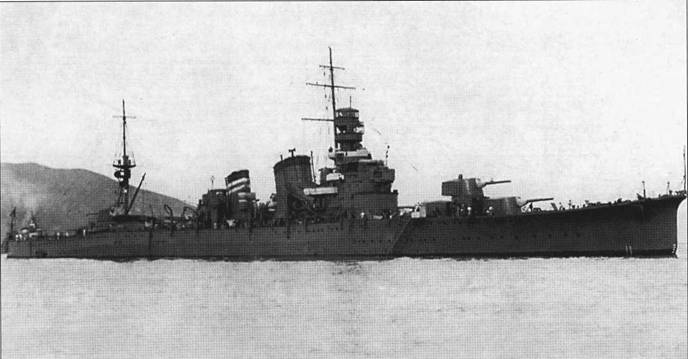 В 1931г. крейсер «Фурутака» был по-прежнему вооружен одноорудийными полубашнями, но передняя дымовая труба уже была надстроена.