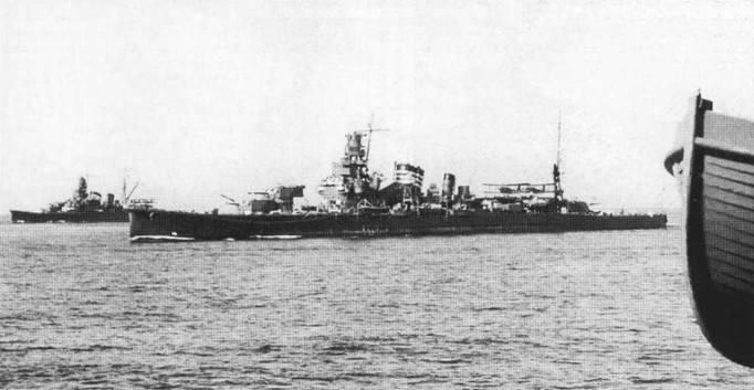 «Фурутака» на полном ходу обгоняет «Кинугасу», учения октября 1941г. На обоих крейсерах установлены новые двухорудийные башни главного калибра, були и авиационные катапульты.