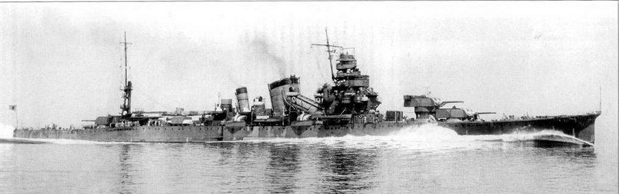На полном ходу 9 июня 1939г. тяжелый крейсер «Фурутака» развил скорость в 32,95 узлов. Хорошо на снимке видны новые двухорудийные башни главного калибра типа «Е». Все японские тяжелые крейсера строились гладкопалубными, что улучшало их мореходность в бурных водах и позволяло добиться большей прочности при меньшей массе по сравнению с полубачными корпусами.