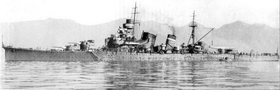 Крейсер «Аоба» на якоре, 1931г. На задней дымовой трубе тяжелого крейсера накрашена одна полоса белого цвета — флагманский корабль дивизии. На корме установлена новая авиационная катапульта.
