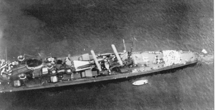 Крейсер «Како» научениях, 1940г. На корабле поначалу базировались гидросамолеты Каваниши Е7К2 тип 94, которые в начале 1942г. заменили гидропланами Аичи Е13А1 тип 0. На снимке хорошо видны поворотные четырехтрубные торпедные аппараты крейсера.