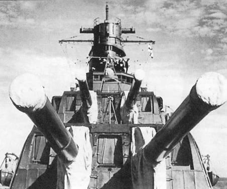 Крупный план двухорудииных носовых башен главного калибра (типа «Е») крейсера «Фурутака».