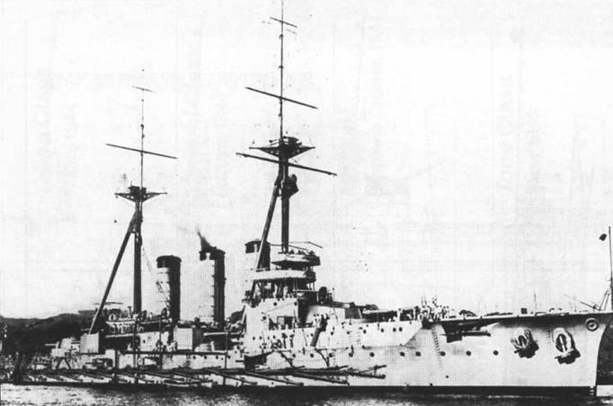 Усовершенствованный вариант крейсера типа «Цукуба» — крейсер «Карума» с треногими мачтами, которые обычно ассоциируются с линкорами дредноутского типа.