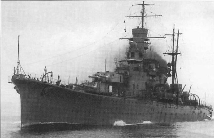 Крейсер «Лоба» под парами в гавани военно-морской базы Куре. Катапульты на корабле еще не смонтированы.
