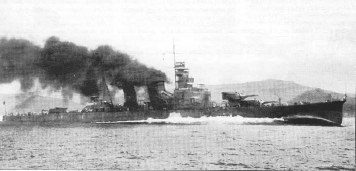 Крейсер «Лоба» на скорости в 30 узлов, ходовые испытания, 23 июля 1927г. На полном ходу из труб <a href='https://arsenal-info.ru/b/book/2414474991/6' target='_self'>японских крейсеров</a> вырывались облака дыма, а у носа корпуса образовывался огромный бурун.