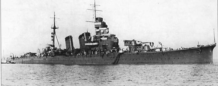 Крейсер «Кинугаса» на якоре, октябрь 1927г. Главные отличия крейсеров типа «Аоба» от крейсеров типа «Фурутака» заключались в более плоской задней дымовой трубе и двухорудийных башнях главного калибра типа «С». Башни типа «С» были более скругленными по сравнению с башнями типа «Е», установленными перед войной на крейсерах типа «Фурутака».