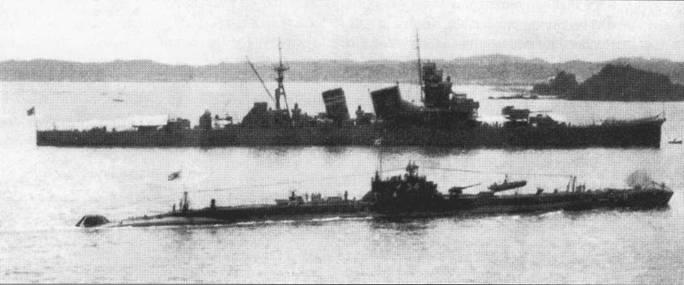 «Кинугаса» на рейде военно-морской баш Куре, июнь 1929г. На переднем плане — субмарина I-54 модели 3А.