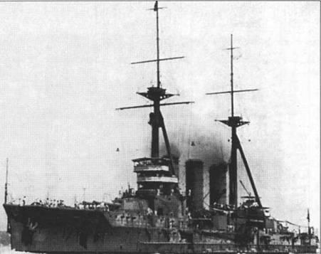 Броненосный крейсер «Ибуки», систер- шип головного корабля в серии крейсера «Курима». Эти крейсера имели по три дымовых трубы, к то время как крейсера типа «Цукуба» обходились всего двумя дымовыми трубами.