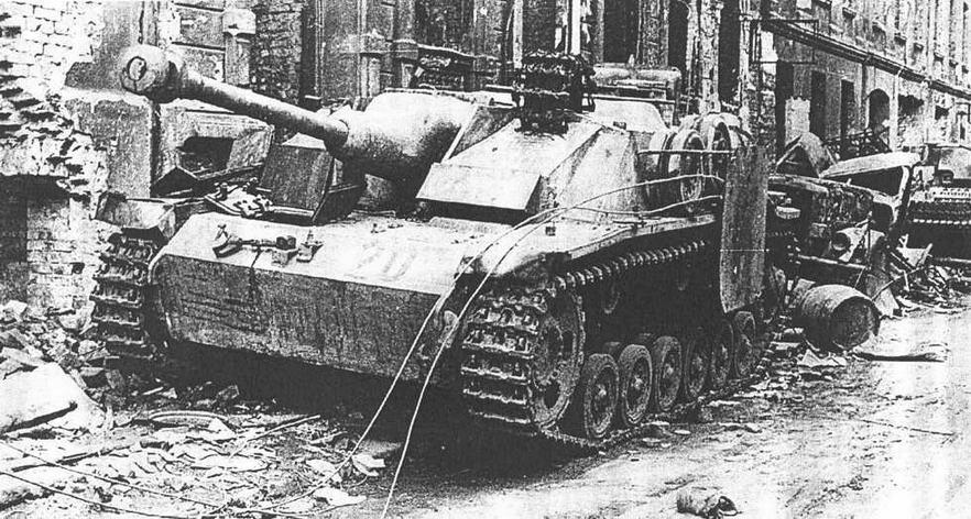 StuG 40 Ausf G. Поздний варианте маской типа «свиная голова» и пулеметом, спаренным с орудием. Германия, Весна 1945 г.