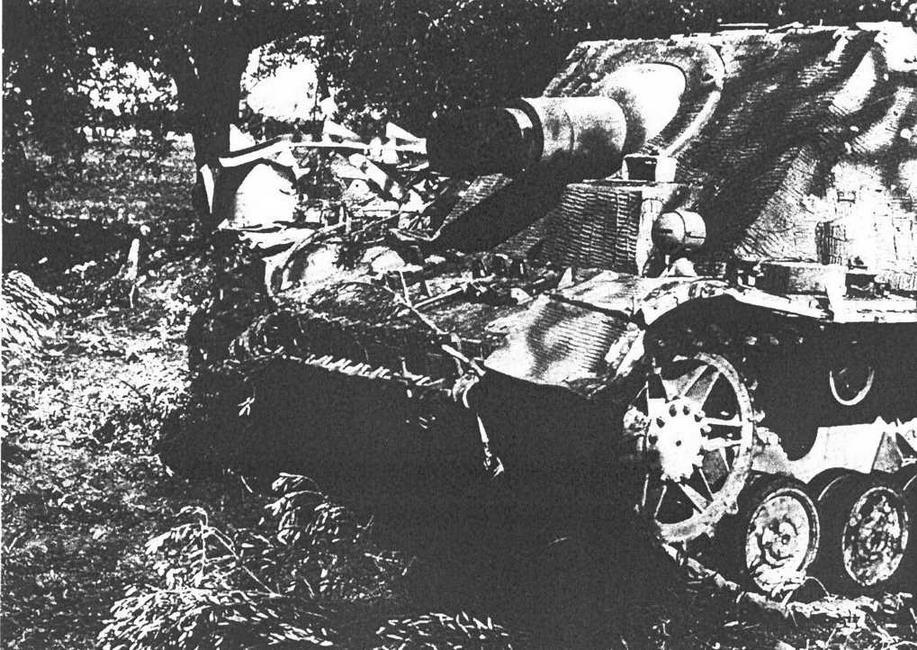 """SturmPanzer IV """"Brummbar"""" второй серии. Италия 1944 г. Хорошо различимы основные отличия от САУ первой серии: надстройка механика-водителя без щели с поворотным смотровым прибором, а также иная бронировка ствола орудия."""