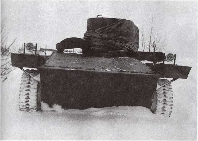 Один из закупленных Советским Союзом образцов танка-амфибии «Виккерс-Карден-Ллойд» на испытаниях. Станция Кубинка, НИБТ полигон, зима 1931 года. Башня танка закрыта брезентом (АСКМ).