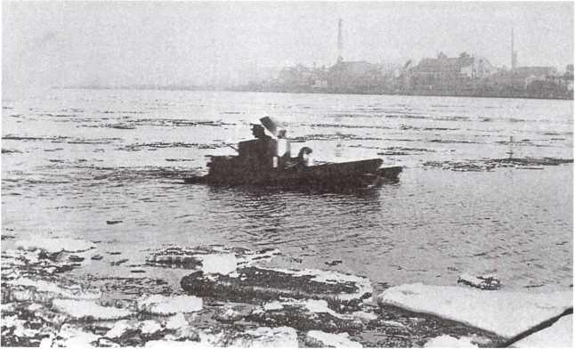 Танк Т-33 на плаву во время показа М. Тухачевскому. Ленинград, 10 апреля 1932 года (АСКМ).