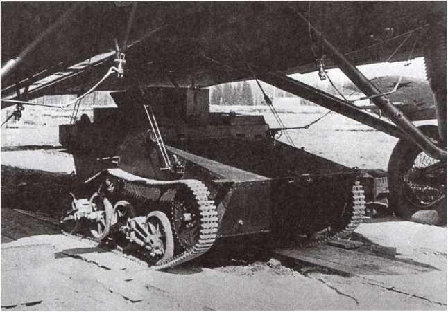 Серийный танк Т-41 на подвеске под фюзеляжем бомбардировщика ТБ-3 во время демонстрации техники воздушно-десантных войск. Московский военный округ, 1945 год.