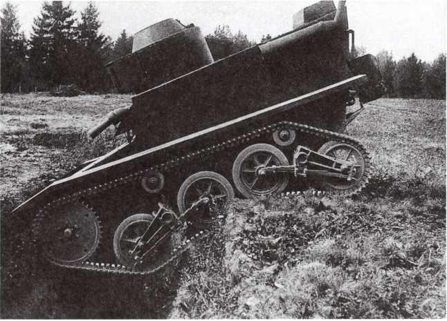 Опытный образец танка Т-41 на препятствии. НИБТ полигон, август 1932 года. На этом фото хорошо видна работа подвески (АСКМ).
