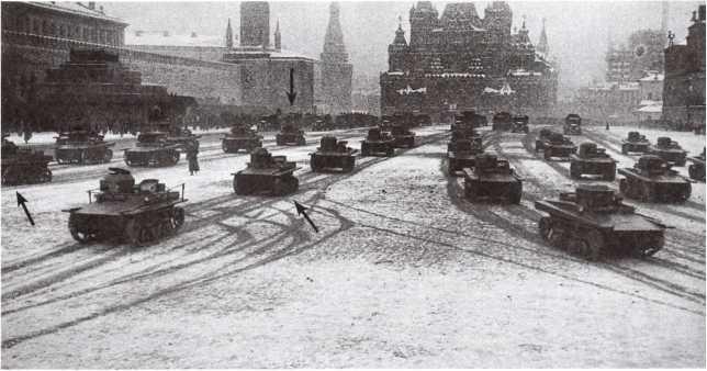 Танки Т-37А первых выпусков (с поплавками и без) и Т-41 (показаны стрелками) проходят по Красной площади. Москва, 7 ноября 1933 года (АСКМ).
