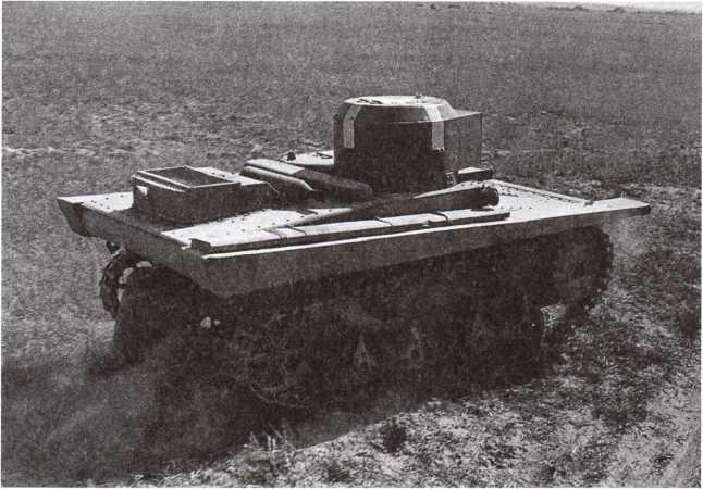 Танк Т-37А на Больших Киевских маневрах. 12–17 сентября 1935 года. На башне виден белый крест для опознавания «своей» авиацией (ЦМВС).