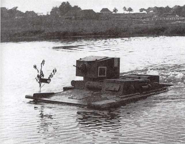 Танк Т-37А (с бронекорпусом производства Ижорского завода) преодолевает водную преграду. Большие Киевские маневры, сентябрь 1935 года. Танк имеет стандартные тактические обозначения 30-х годов, белый крест на крыше башни для опознавания «своей» авиацией (ЦМВС).
