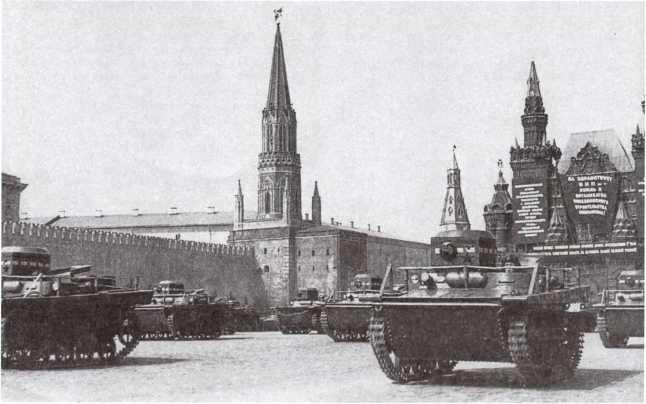 Радийные танки Т-37А проходят по Красной площади во время парада. Москва, 1 мая 1934 года. Хорошо видна конструкция и крепление поручневой антенны (РГАКФД).