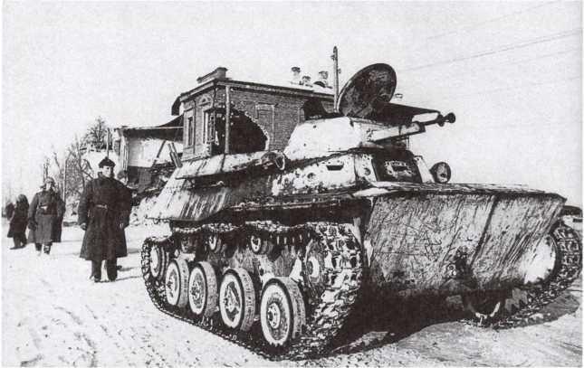 Легкий танк Т-40 на улице освобожденного Юхнова. Западный фронт, март 1942 года (РГАКФД).